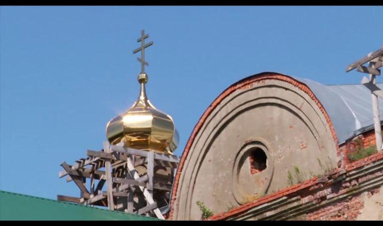 Turla poleită în aur a bisericii din Șovsk
